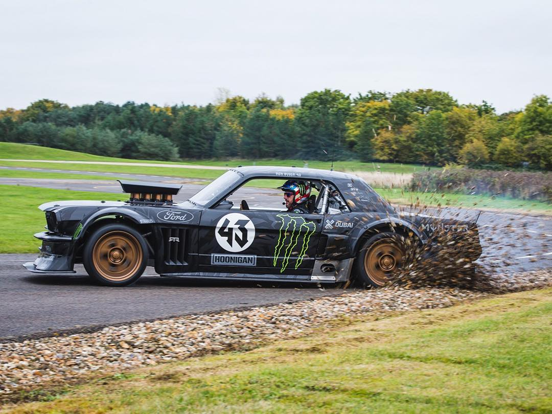 The Hoonicorn might not be a rally car, but that doesn't mean it can't sling gravel from time to time. Ha. Quick wheel drop after going deep into a corner at the Millbrook Proving Grounds in England while shooting a promo piece for @TopGear last year....