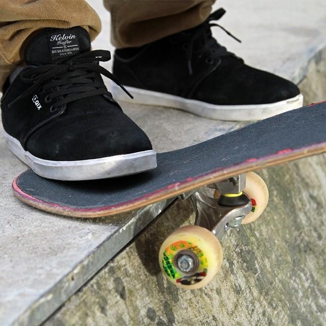 Conforto e estilo na sessão? Pro model Kelvin Hoefler. Foto: Julio Detefon. #qix #qixskate #streetwear #skate