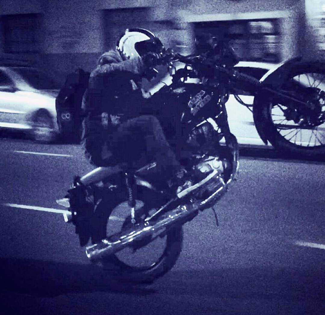 Para Ariel Seib @tuma_hgsb_rido arranca la semana pa arriba, eso si, siempre con casco ...! Buena semana para todos ✌✌ #slp #slpskateboards #motos #skatelifestyle #skateboarding #ameterle #wheelie