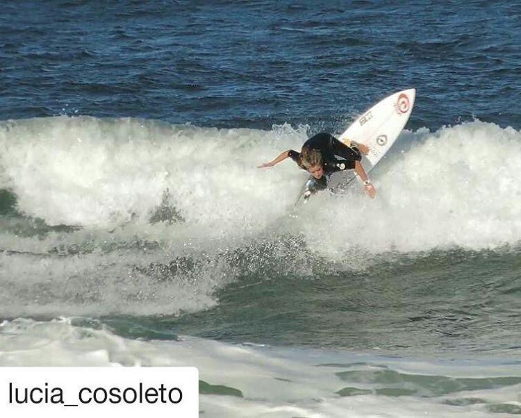 @lucia_cosoleto entrenando en #praiarosa #Brasil  @perkyshoesar @casaperky @wsl @kruganspraia  #perkyshoes #perkyshoesar #waves #wsl #qs #surf #surfing #surfgirls #praiarosa #imbituba