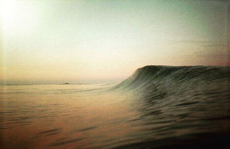 Las ondas del mar son las únicas ondas físicas que la naturaleza produce a escala del hombre. Es la única energía en estado puro con la que podemos jugar, nos abraza y nos empuja. #maetuanis #surf #surfing #waves #somewhere #followthesun