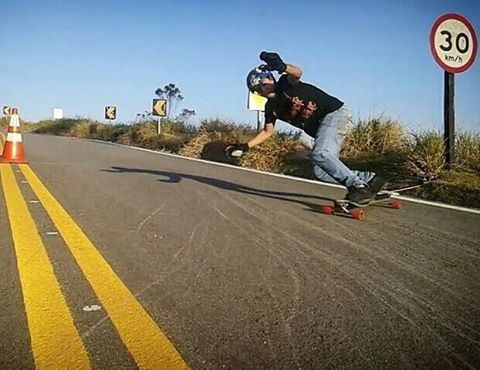 Some #divinestreetslayers shredding by @valdirbuenolongboard
