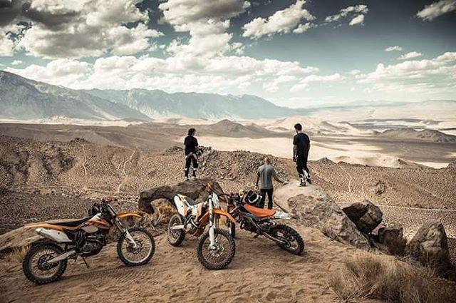 Compañero de aventuras, un amigo incondicional que comparte incluso las pasiones.  #MotocrossEsFox #DiaDelAmigo #foxheadargentina