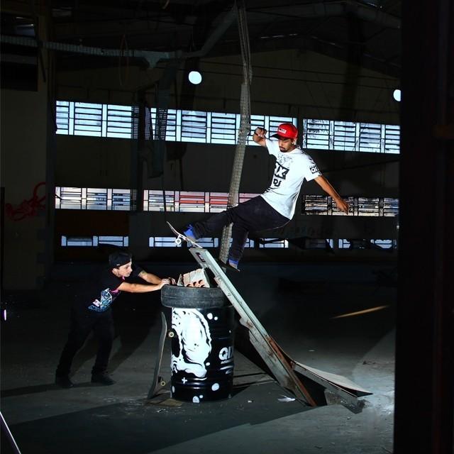 Nada como uma mãozinha dos amigos para garantir o moment da manobra. Caique Silva  fs rock'n'roll. Foto: Thomas Losada. #qix #qixskate #skateboardminhavida