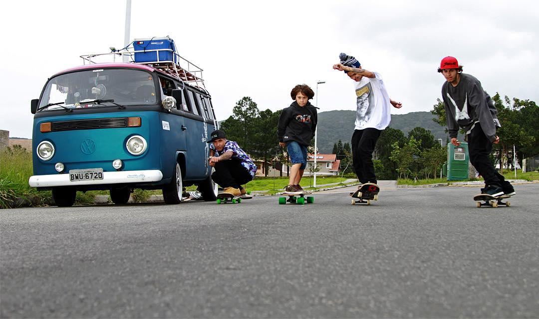 Amizade e diversão nos picos de Floripa. Família Yuppie no drop. Foto: Julio Detefon.