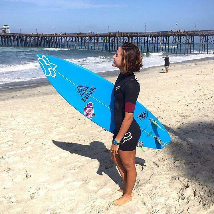 @foxheadcostarica -  Emily ya está en California! Hoy recibió la buena noticia de ser seleccionada nacional para el Mundial que se viene en agosto!! Desde #foxheadargentina felicitamos a @emigussoni10!  #ISAWorldSurfingGames #costarica @isasurfing...