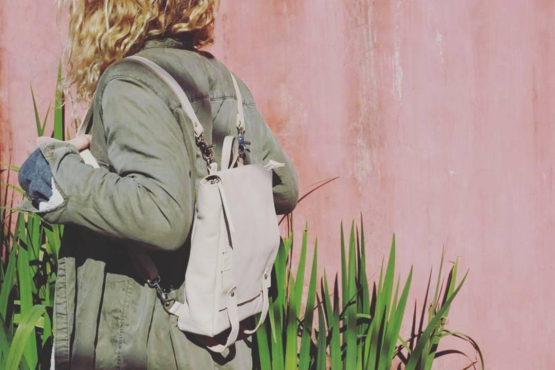 Mochila Almendra natural sobre fondo rosa.  Nude Almendra backpack over pink wall.  #urbanoutdoor #mambobackpacks #madeinbuenosaires