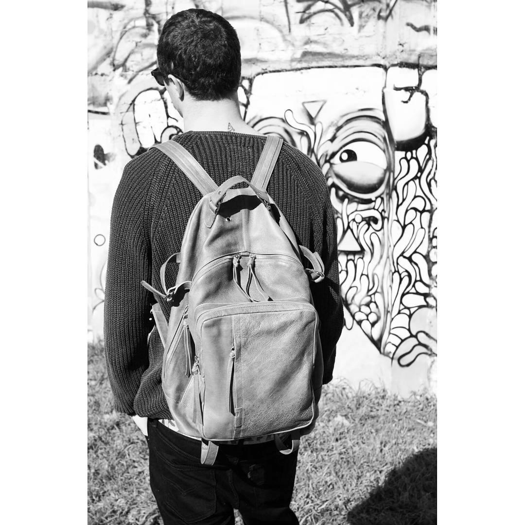 Mochila Granada para ellos. Con tres bolsillos externos y dos internos, 4 correas regulables en base y laterales y cinto con hebilla en breteles. 100% cuero, disponible en gris y verde militar.  #goexplore
