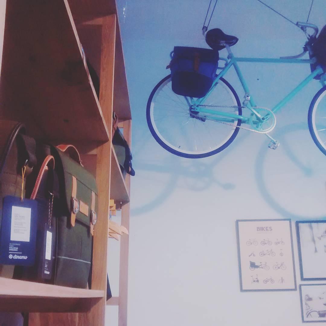 Una bici voladora y muchos productos para elegir. #showroom #dinamo #ciclistasurbanos