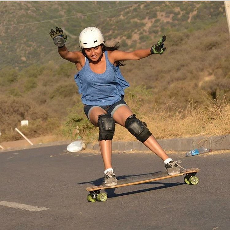 LGC Chile's @lgcchileoficial rider @jandyatchz with her version of good times. Vamos chicas!  #longboardgirlscrew #womensupportingwomen #skatelikeagirl #lgcchile #jandycayunao #smile #goodtimes #longboard