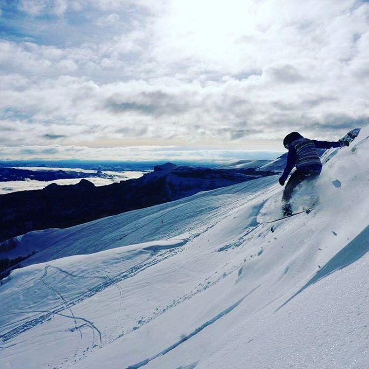 Cami Springinsfeld (Anon rider) surfeando la nieve en Chapelco