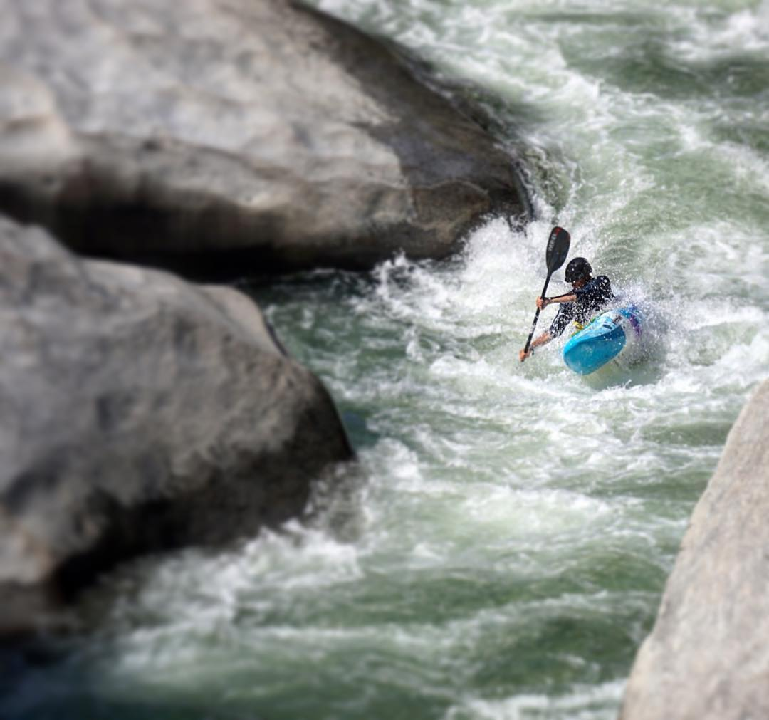@ianjanoska cruising down the North Fork Feather, CA. Have you been to the Feather Fest? #cuzrockshurt #shredready