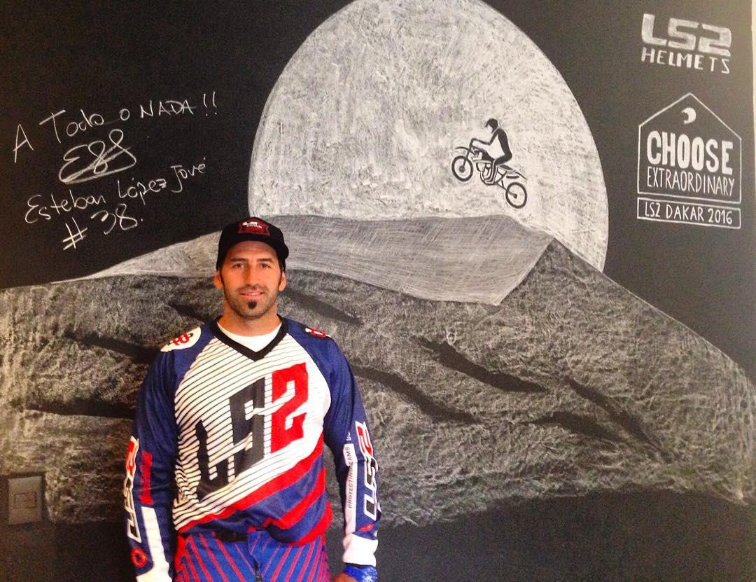 ¡A todo o nada!  López Jove pasó por el Showroom LS2, firmó nuestra pared y se llevó su kit #Dakar.  #ChooseExtraordinary #LS2Argentina