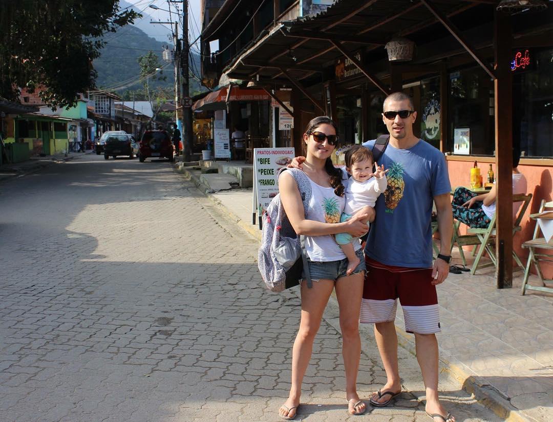 En familia y junto a su remera #anana, @martinbellusci y su mujer disfrutan de sus vacaciones en Brasil! . Este y muchos modelos más encontralos en todos nuestros dealers oficiales, además de nuestros stores de San Isidro y Perú Beach!