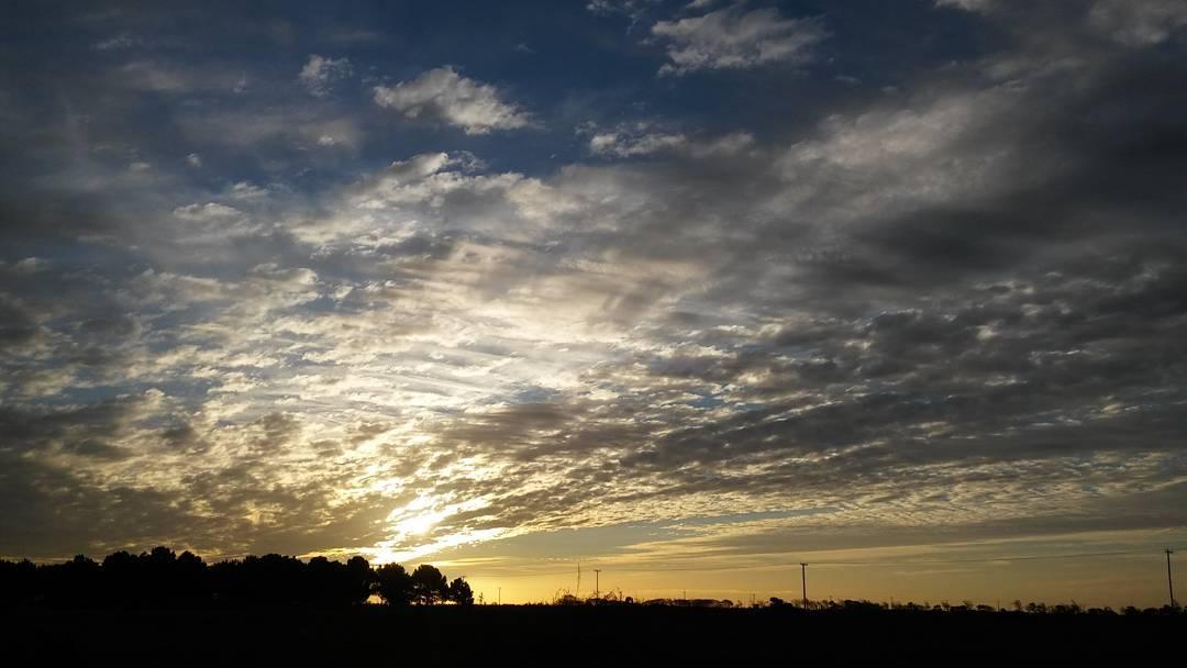 Inmenso le queda chico. #ph #atardecer #tramonto #sunset #cielo #sky #nubes #clouds #sol #sun #invierno #inverno #winter #NuevaAtlantis #instasky #sinfiltro