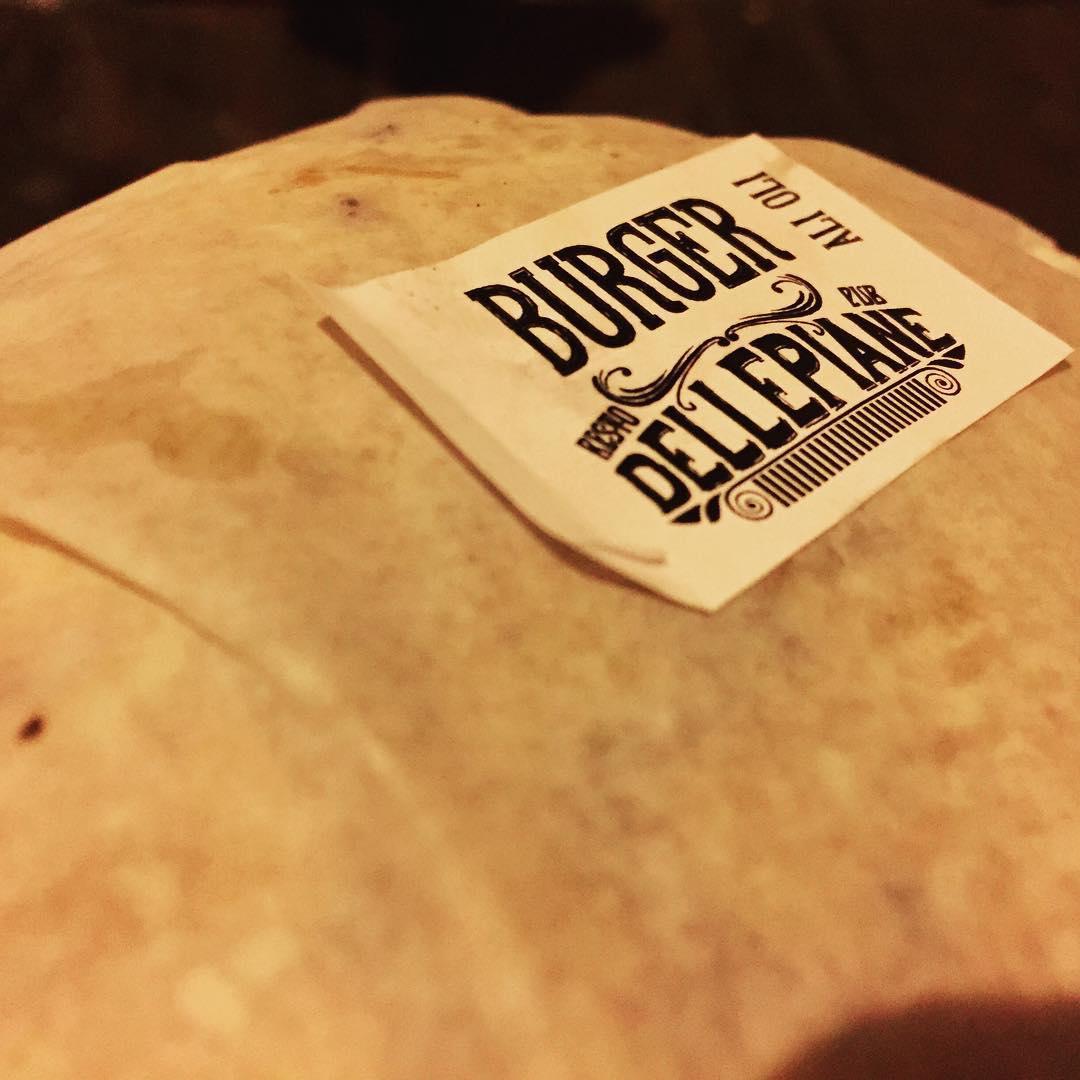En un pasaje.... #burger #trippinmood cc @dellepianebar