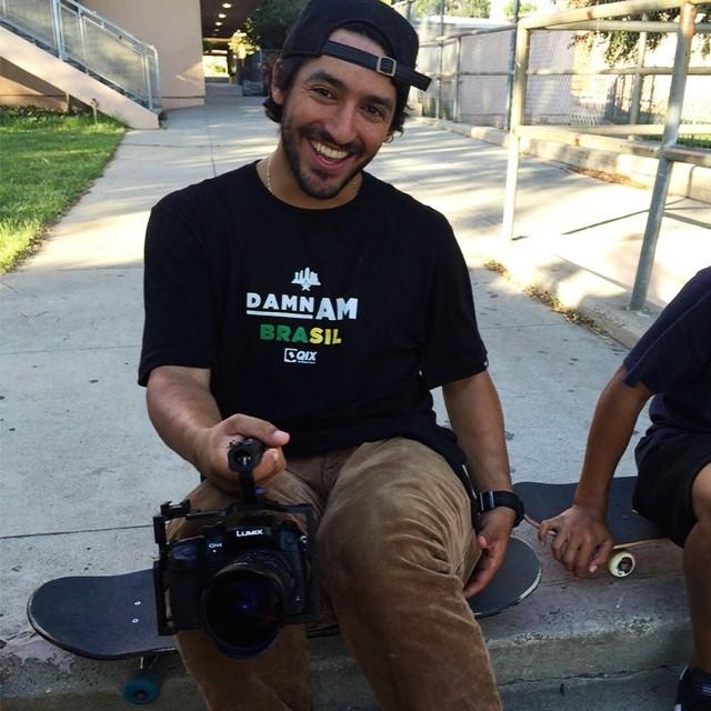 Enquanto não está 100% recuperado, @kelvinhoefler ajuda nos vídeos. #qix #qixskate #skateboardminhavida