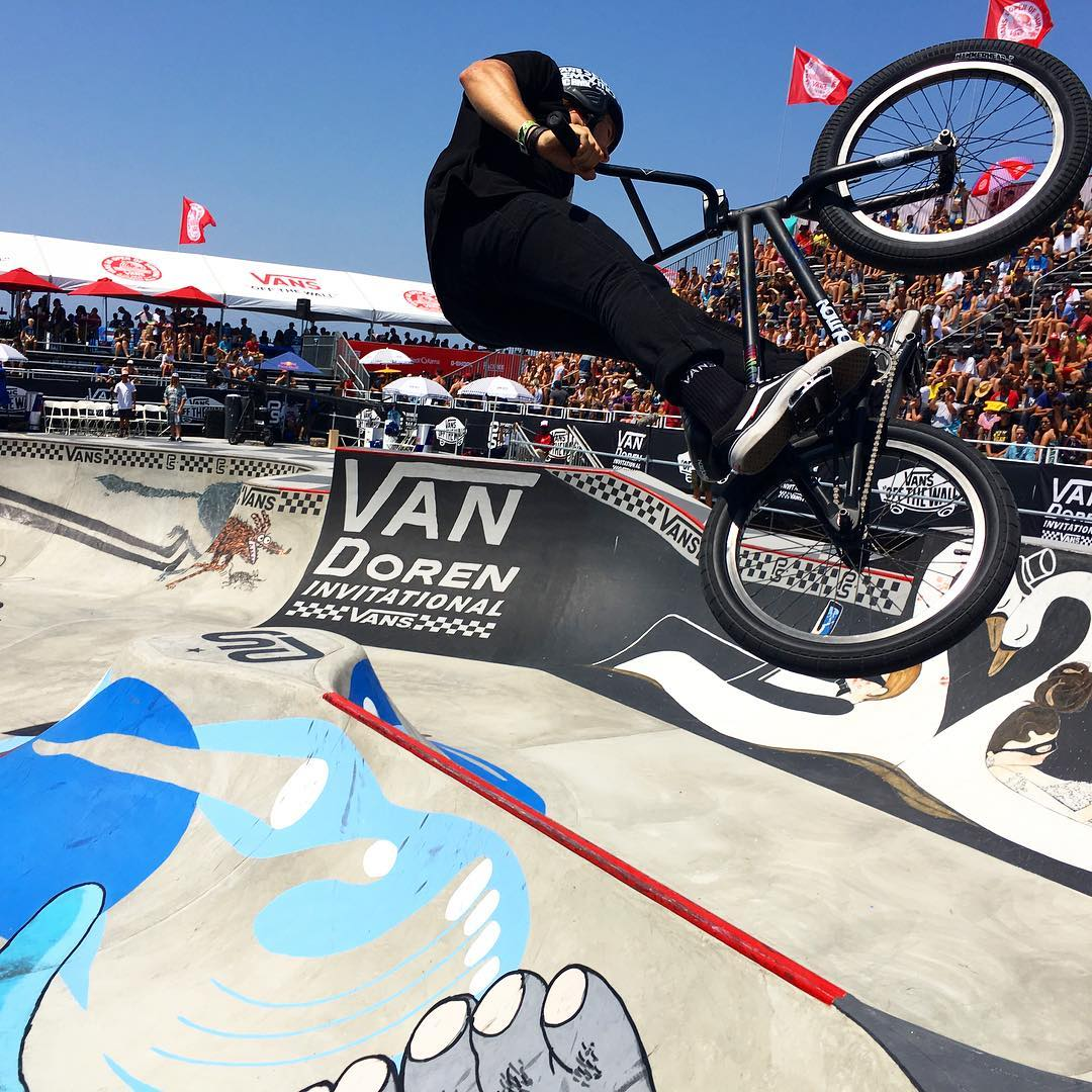 MENS BMX is going on right now at the @usopenofsurf and these guys can seriously fly on their bikes! Don't miss out on the High Air competition and both MENS and WOMENS surf finals!!! #vansusopenofsurf #usopenofsurfing #vansusopen2016 #vansusopen #vans...