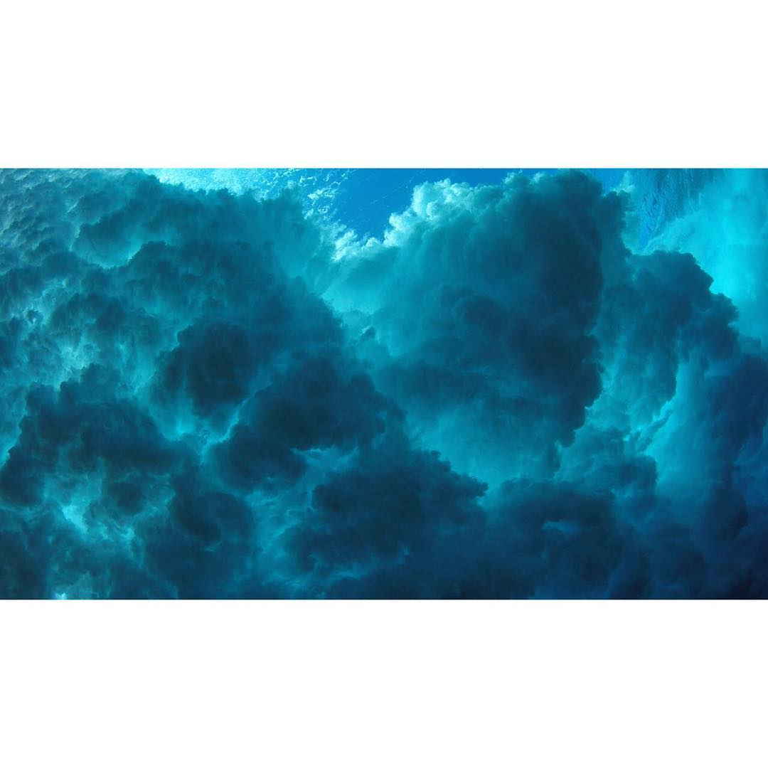 Underwater clouds ⚓️ #ocean #wave #cristalclear #cloudbreak #underthesea #katwai #active #swimwear #surf