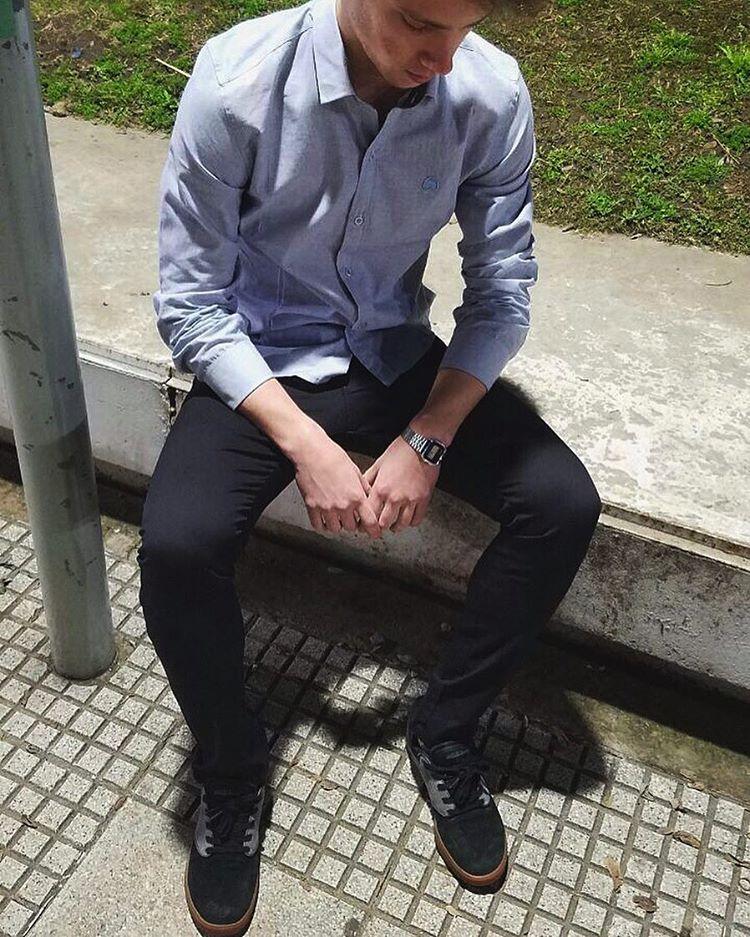 Jean negro. Camisa lisa.