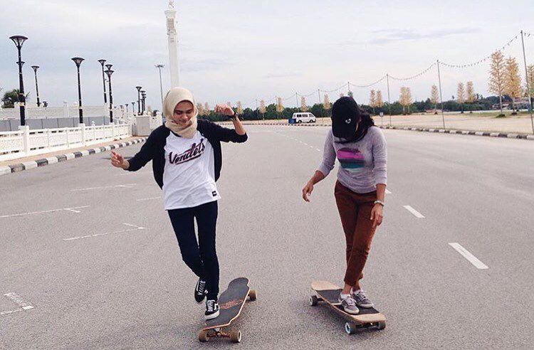 @lgcmalaysia riders @fatinayub & @vina_mrwn cruising through the week.  #longboardgirlscrew #womensupportingwomen #skatelikeagirl #lgcmalaysia #longboard