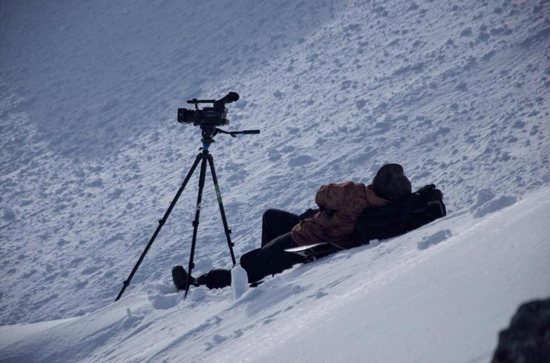 @juanpib estresado mientras filma a La Resistencia.  Ph. @lombarfab  @komunidadsnow #laresistencia #snowboarding #backcountry