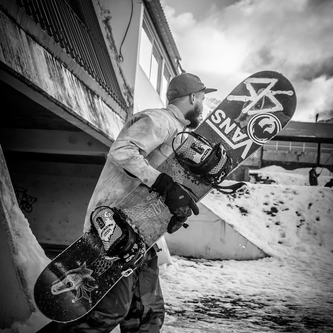 Mañana les vamos a pasar el link de #RSFinDelMundo, la road movie de Manu Domínguez y sus amigos, que se fueron hasta Ushuaia a andar en snowboard por la calle. Stay tuned ❄️ ph. @annie_claude_roberge