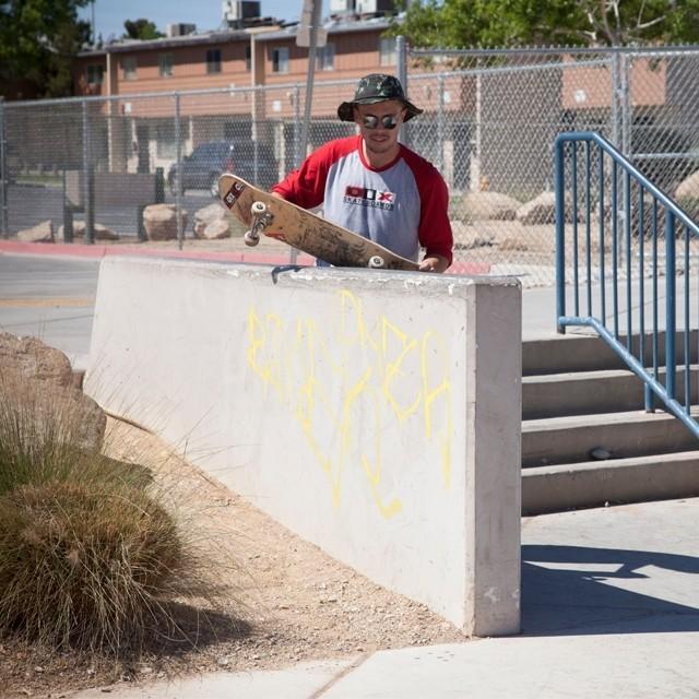 @samuel_jimmy analisando o pico de rua em Las Vegas. Foto: Ana Paula Negrão. #qix #qixskate #skate #skateboardminhavida