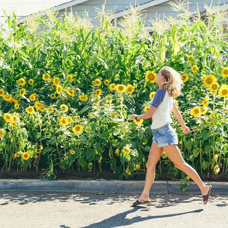 @chelseatuach skipping through Sunday #ROXYsurf