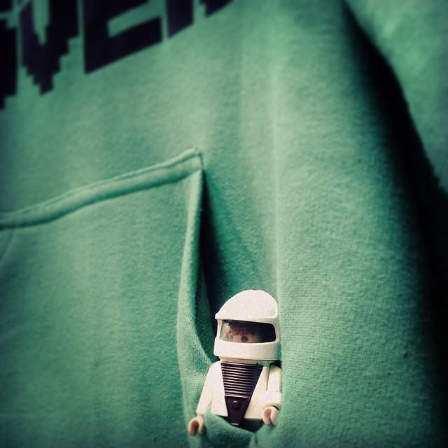 el mundo en un bolsillo #astronauta #playmobil #toy #urbanroach #greenarmy #hoodie