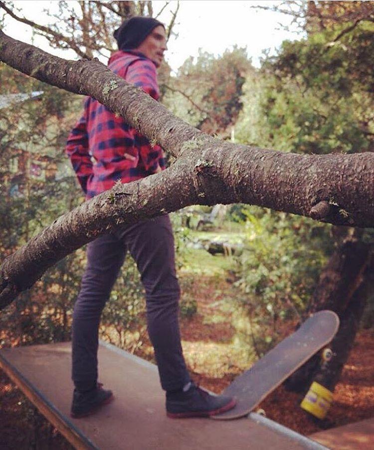 Una rampa entre árboles