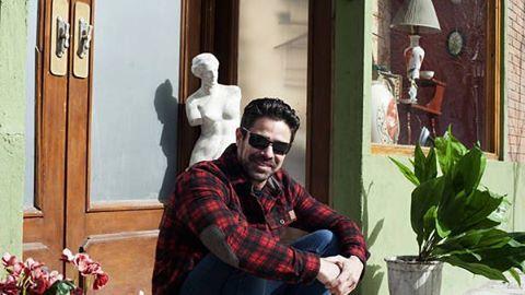 @lucianocastrook un amigo de la casa, con su Dunes Shirt durante la nota del Diario Clarín del domingo