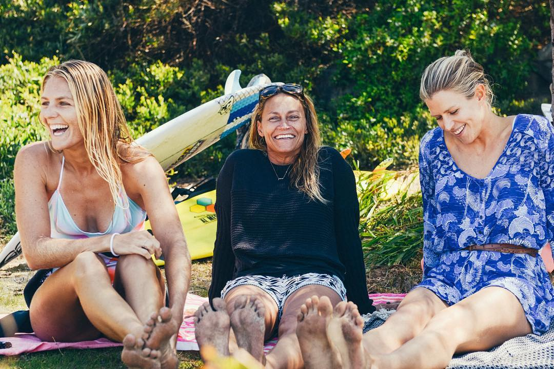 Sunshine, smiles and surf stoke with @stephaniegilmore, @andersenlisa and @rosyhodge