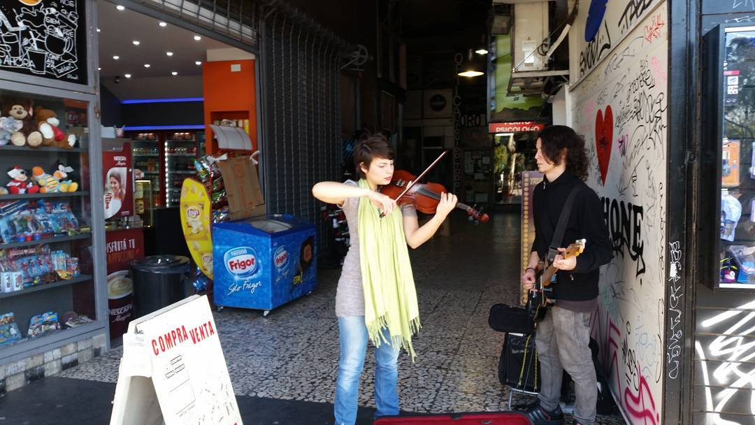 Linda musiquita en la entrada de #AvStaFe4096 #galeriaplazaitalia #violinista #streetmusic