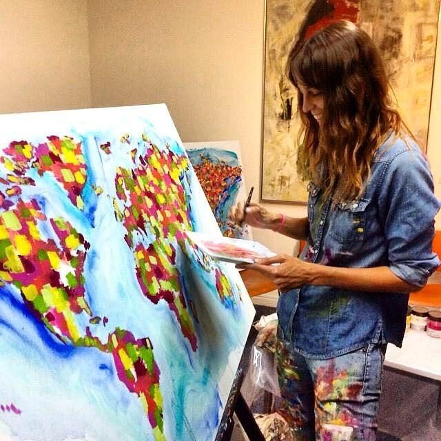 Nada como empezar el día haciendo lo que mas te gusta! Ella es nuestra boli-artista @guillebanfi y te llena el mundo de colores
