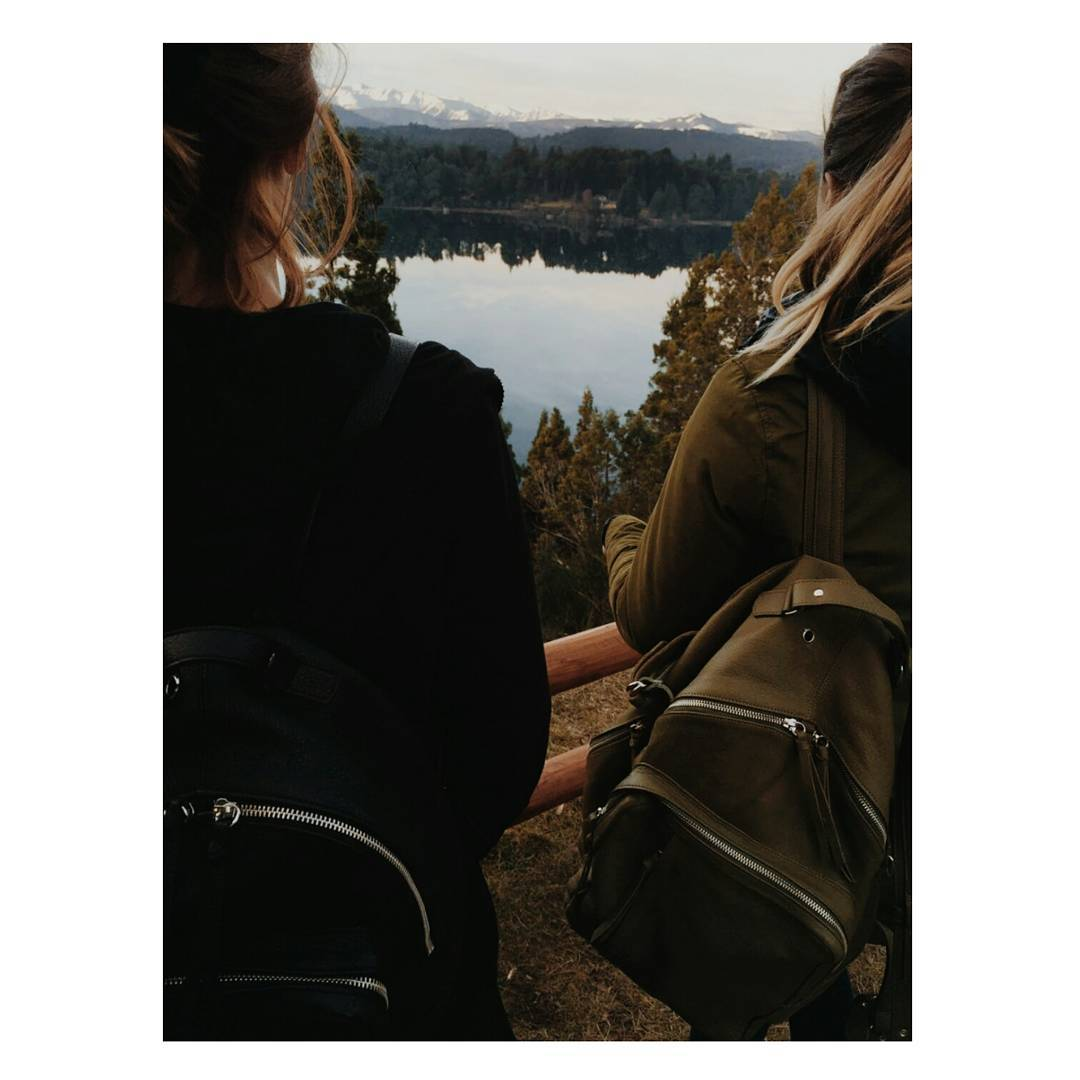 Nada como ir juntos a la par / Foto: @betteronholidays Mochilas: Granada verde y Nuez negra desde la Patagonia  www.mambomambo.com.ar . . . #patagonia #goexplore #itisbetteroutside #betteronholidays #traveloften #backpack #mochilas #bariloche
