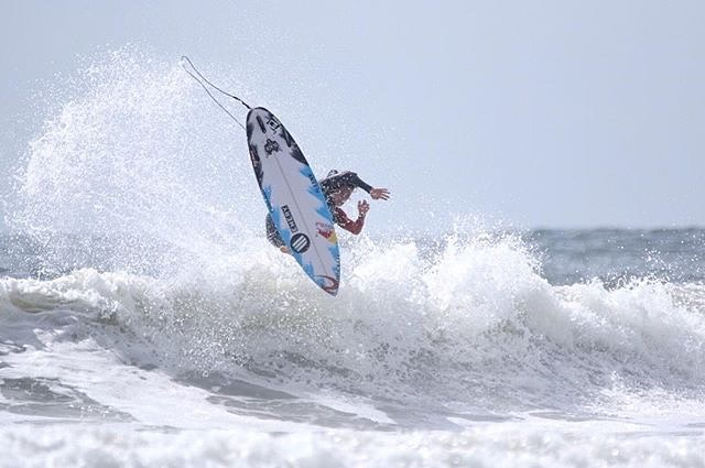 @hirotoarai Has been on a charge at the #Isaworlds smashing down the doors in the repercharge rnd. Next Rnd5 #Gohirotoarai #moredrive #morespeed #morepop #signaturefins  Photo: @shonan.boy
