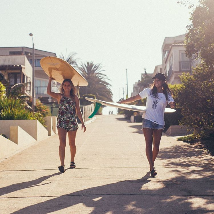 Beach bound with @brunasschmitz and @keliamoniz #ROXYsurf
