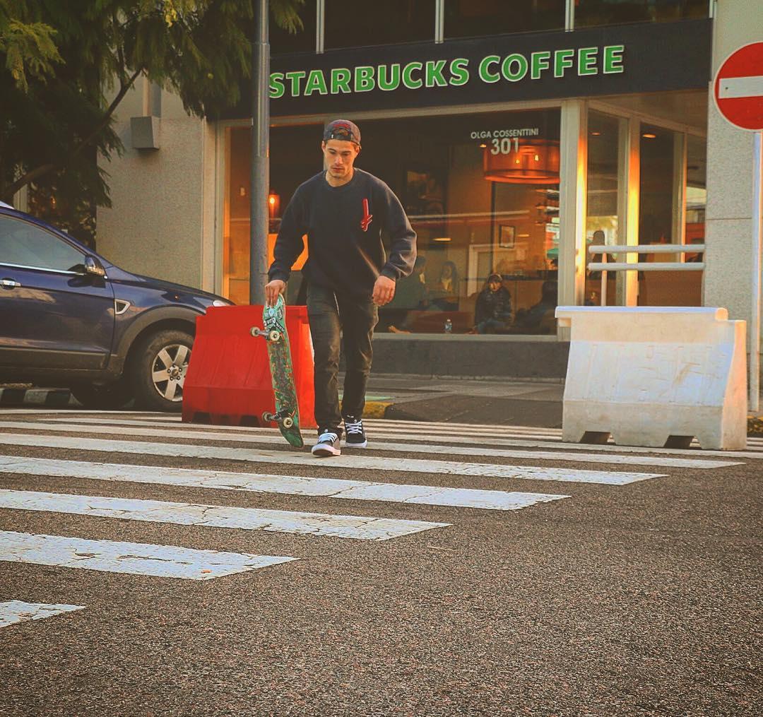 Cafecito, y a patinar!! ☕️☕️ @agxstinpxfx . . . #winkshoes #skate #starbucks #friday