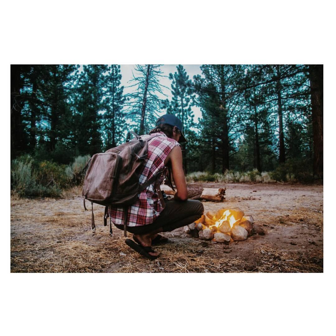 Por muchas mañanas así / Mochila Granada gris. Encontrala con envíos a todo el país en nuestro shop online www.mambomambo.com.ar . . . #mambo #mambobackpacks #camplife #vanlife #goexplore #itisbetteroutside #vidasalvaje #fuego