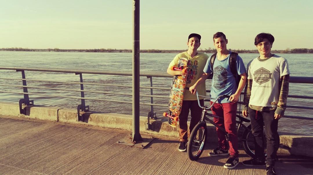 #domingo hoy dia para estar en el rio disfrutando con amigos @pedonito.bmx  @_manuchan  @jonykirby  #argetina  #long #bmx
