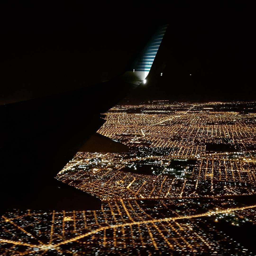 Vista desde el avion a punto de aterrizar en el Aeropuerto Newberry - Bue - Argentina. Llegamos a casa.  #ig_argentina #argentina #buenosaires #noche #vista #avion #all_my_own #picoftheday #fotografia #agean_fotografia #ig_great_pics #buenasnoches...