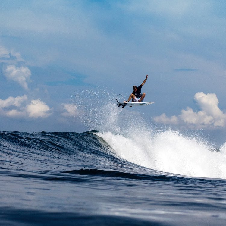 Team rider @eithanosborne with a lofty punt to foot fracture in Indo last month! He landed it....don't believe us? Check out the billabong bloodlines feature on @surfline to see the video and recap!
