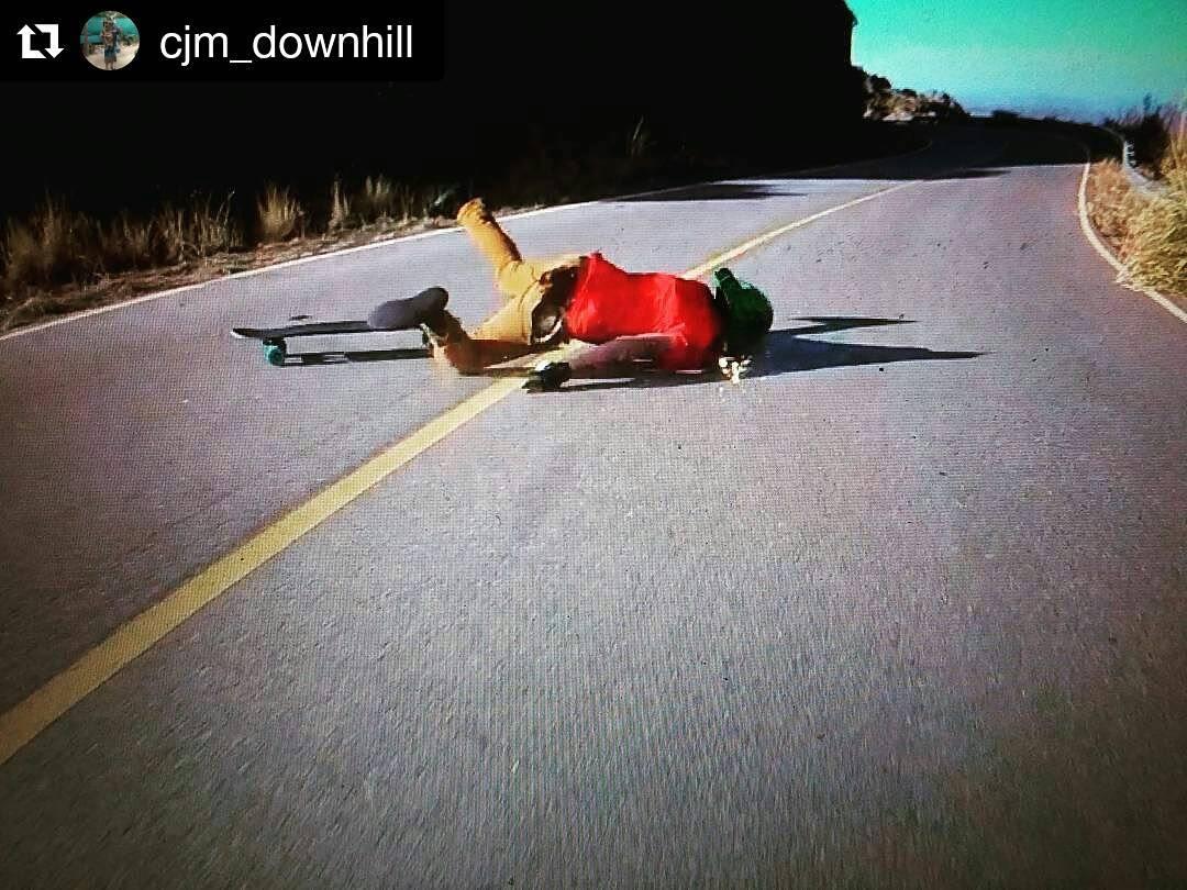 El Downhill nadie lo saca gratis... en algún momento hay que pagar... #Repost @cjm_downhill ・・・ Próximamente en los mejores cines... FACEBRAKE (Porque el Footbrake es muy Mainstream)  #longboard #downhill #top #speed #fail