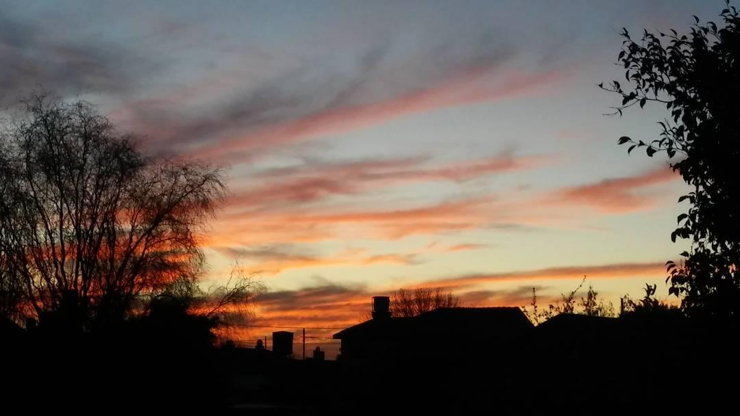 Basta con mirar por la ventana. #ph #photography #atardecer #tramonto #sunset #caeelsol #cielo #sky #nubes #clouds #instasky #invierno #inverno #ig_buenosaires