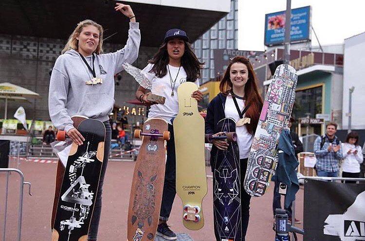 Meanwhile in Hamburg the #HamburgLongboardOpen gathered some of the best dancers & freestylers of the scene and the Women's podium rocked! 1. @nadyadoerga  2. @katevoynova  3. @femkebosma  4. Ema Ame 5. @martebosma  @longboardgirlscrew_nl on...
