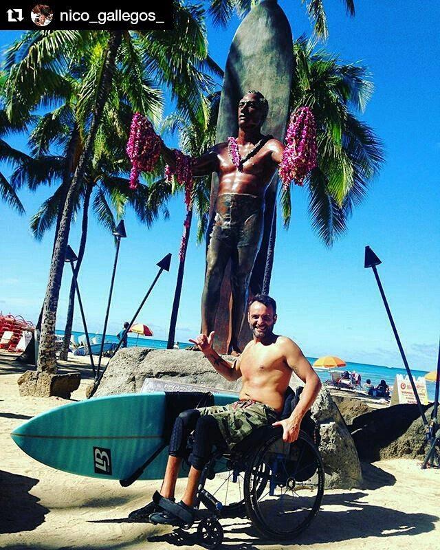 #Repost @nico_gallegos_ ・・・ Entramos de noche al agua al estilo hawaiano, saludo al Duke, comer y descansar para la Metidita de tarde. Alucina esta isla!!! @gotchaarg @locos_bro_Surfboard_miramar  #surfadaptado #dukeocenafest #inspiredsurfers...