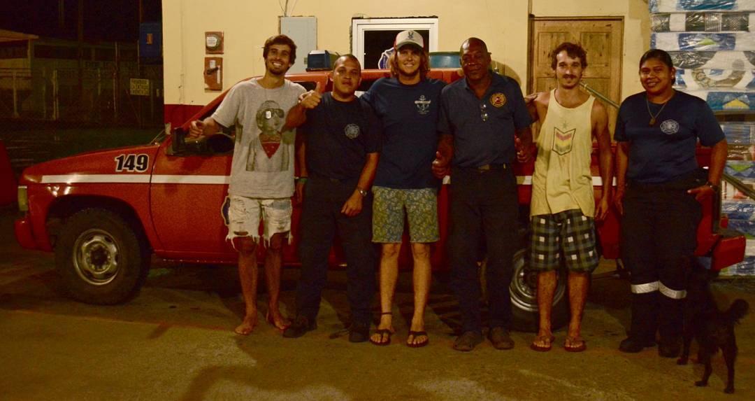 La primera noche en Panamá nos agarró en Almirante, la ciudad de acceso a Bocas del Toro. Al lado del puerto donde teníamos que tomar el ferry para cruzar a la isla estaba la estación de bomberos, así que fuimos a pedir permiso para dormir ahí, los...