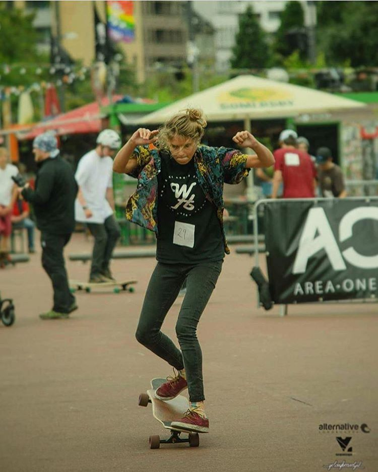 Our gurl & @longboardgirlscrew_nl Ambassador @martebosma during the Hamburg Longboard Open in Germany last weekend ⚡️ Have a rad one everyone!