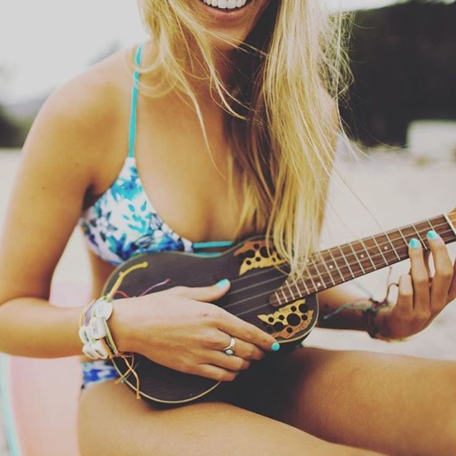 Days at the beach with the ukulele! @tarr.barr